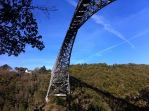 Viaduc du Viaur vu depuis la rive gauche du Viaur au pied du pilier
