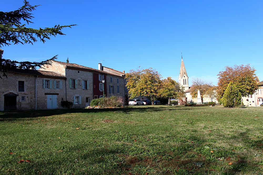 Vue du bourg de Villeneuve sur Vère depuis la place. Eglise Saint Saveur en fond