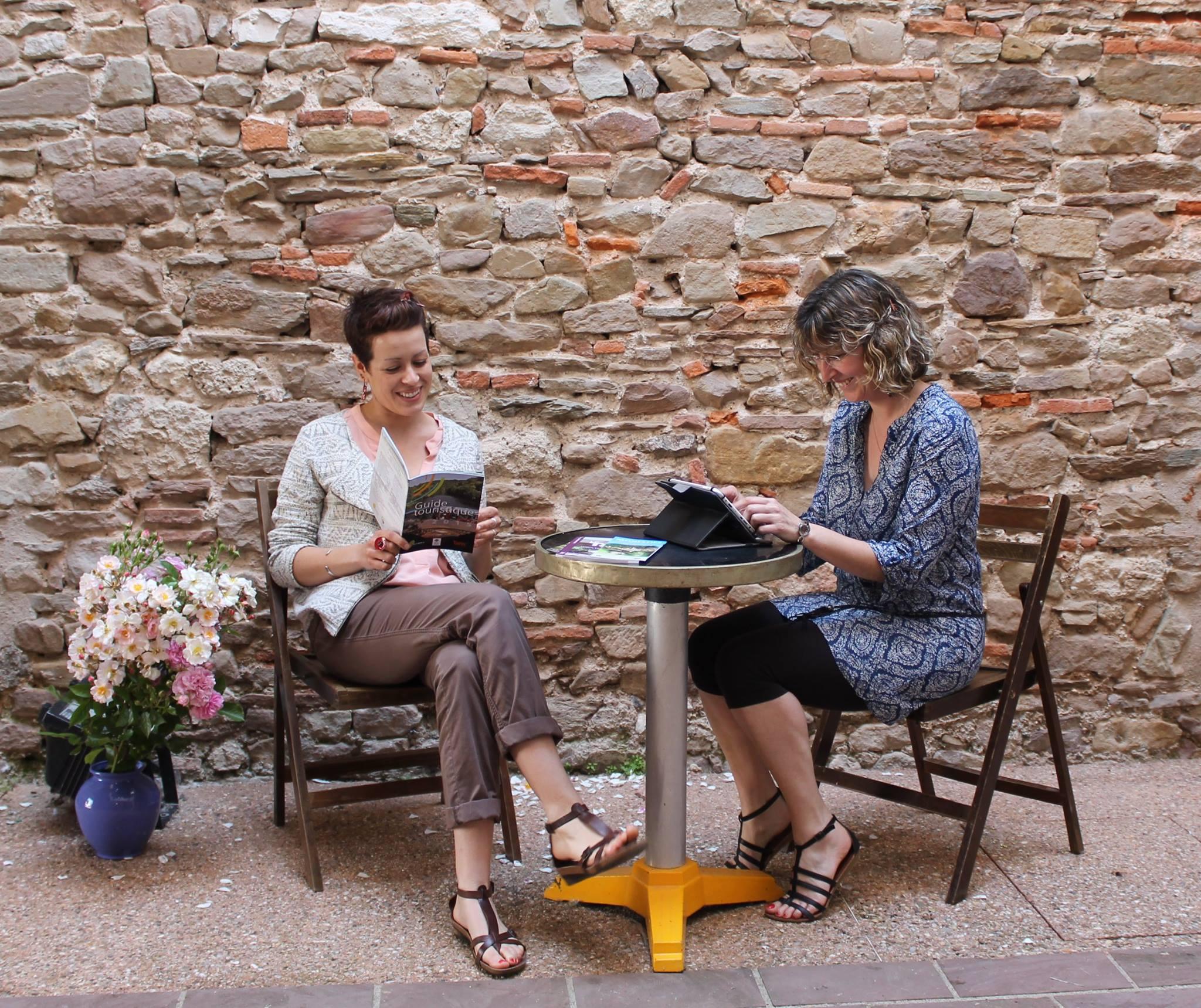 Deux touristes profitant de la borne WiFi à Monestiés